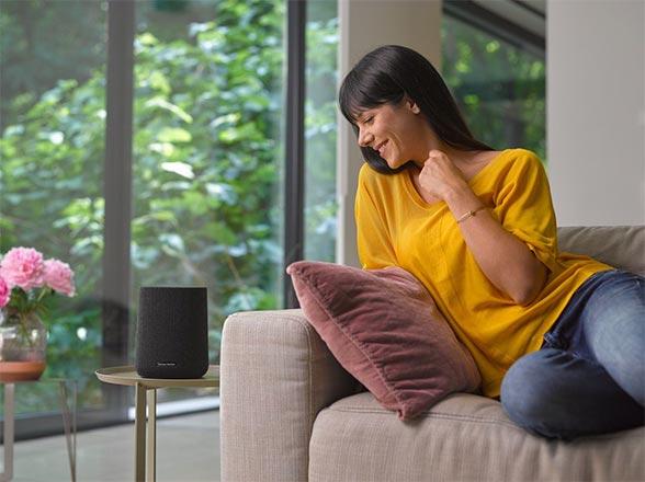 Utilisatrice allongée sur son canapé appréciant l'écoute de l'enceinte Citation One.