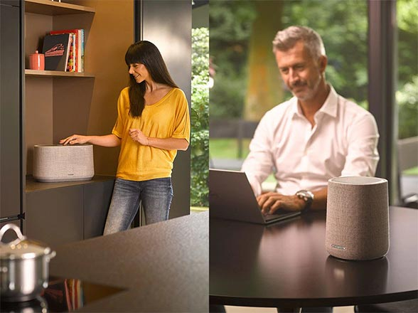 Deux utilisations en parallèle : une femme utilise l'enceinte Citation 300 dans la cuisine alors qu'un homme écoute l'enceinte Citation One dans la salle à manger.