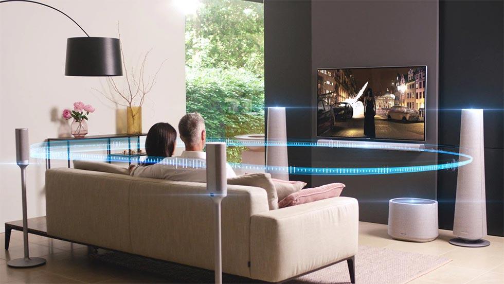 Un couple regarde un film en qualité cinéma grâce à leur installation Harman Kardon 5.1.